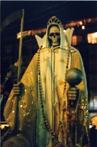http://imagenesdelasantamuerte.com/wp-content/uploads/2013/06/fotos-de-la-santa-muerte-reales-1.jpg