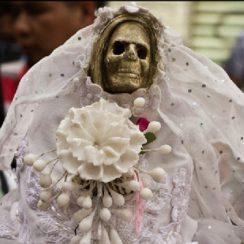 Imágenes de la Santa Muerte fumando