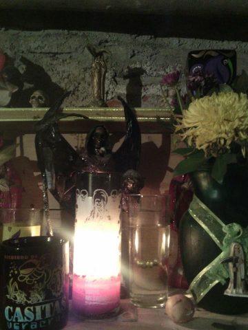santa-muerte-velas-altares-10