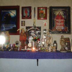 Imágenes de altares, velas, rituales – La Santa Muerte en nuestros hogares