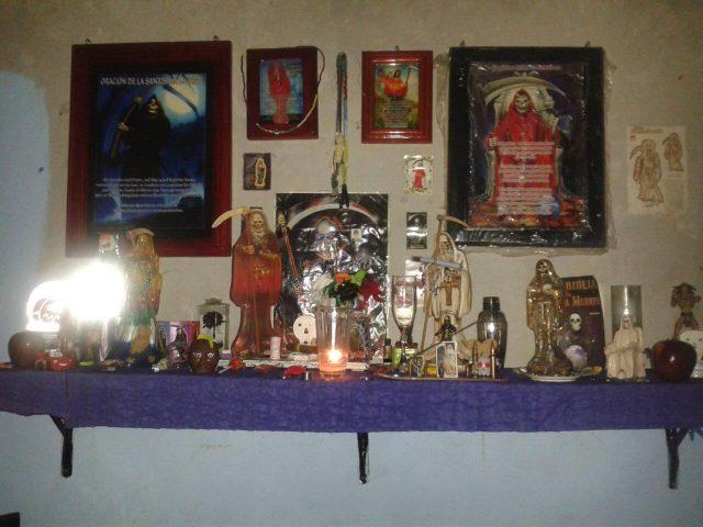 santa-muerte-velas-altares-14