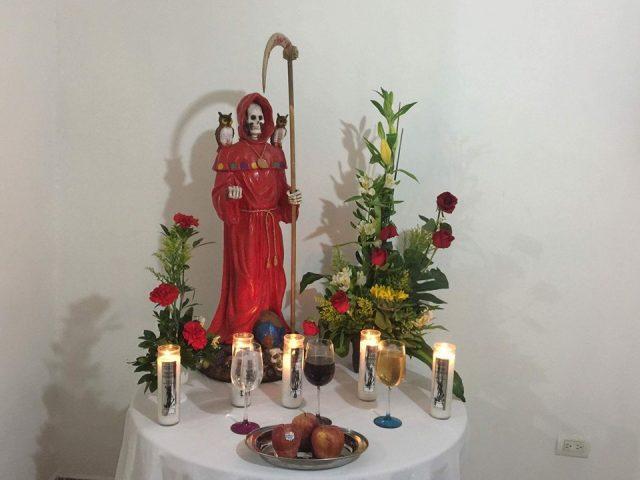 santa-muerte-velas-altares-4