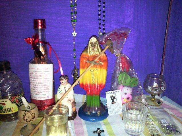 santa-muerte-velas-altares-7